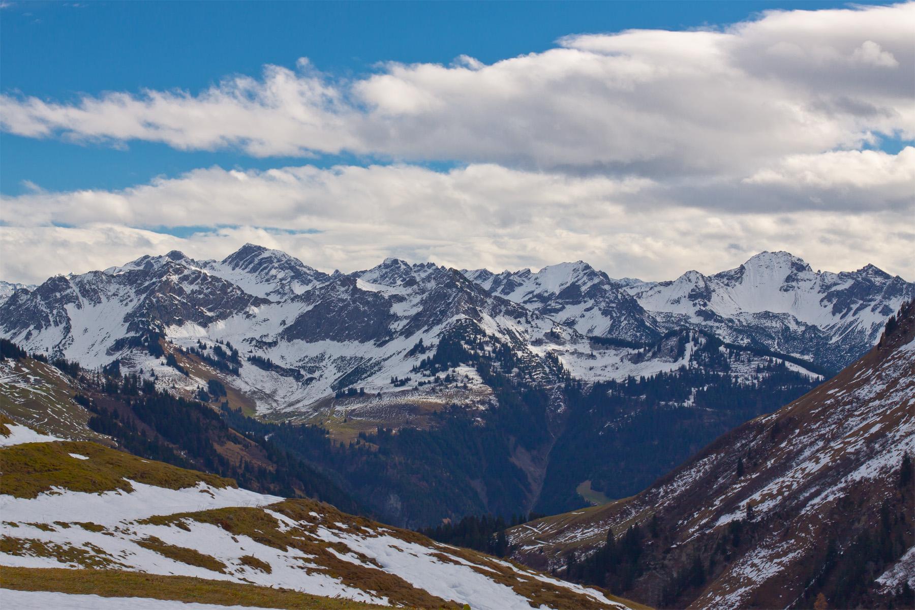 Blick von der Portlaalpe ins Große Walsertal auf Alpe Steris Mitte und Gamsfreiheit rechts