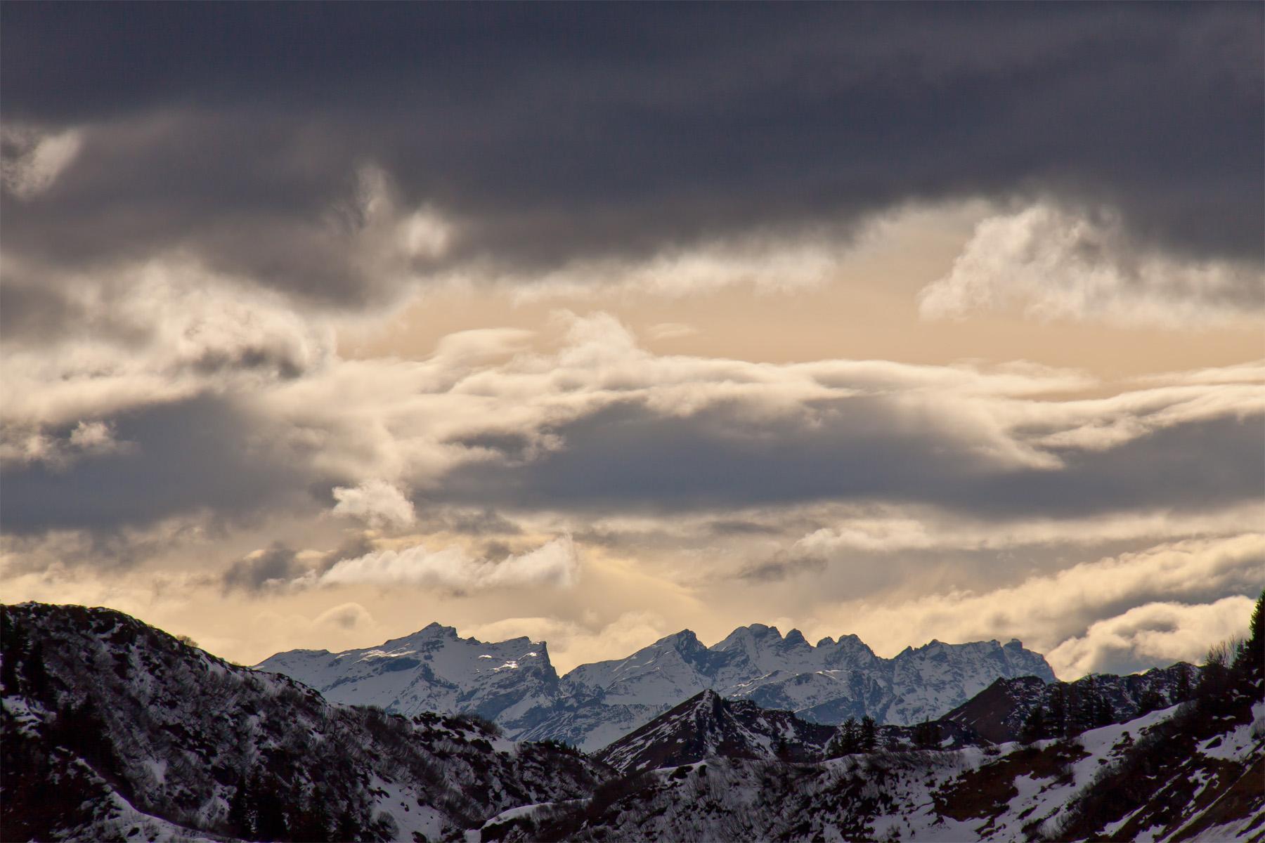 Überm Furkajoch Walserkamm, Hintergrund schneebedeckter Rätikon