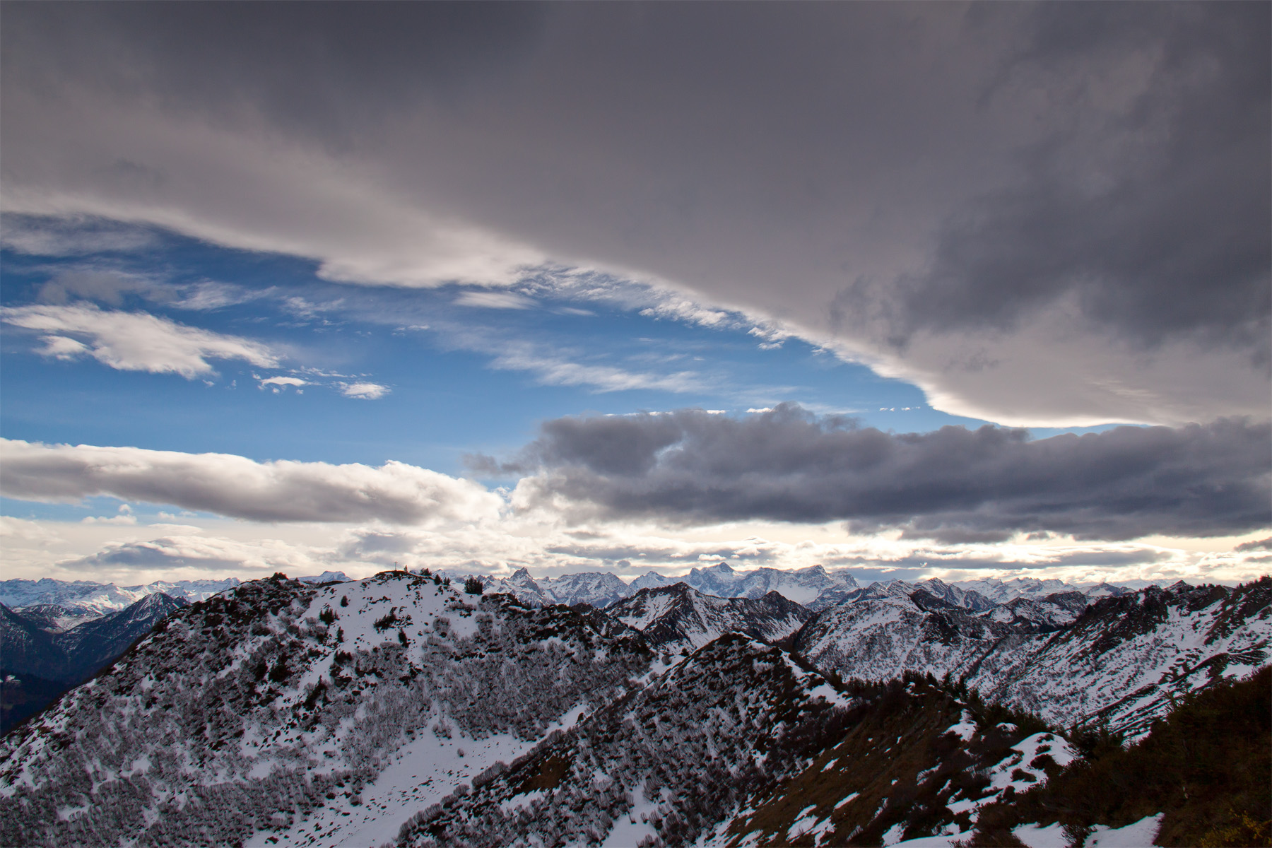 Himmelskeil überm Rätikon, Gipfelkreuz Pfrondhorn
