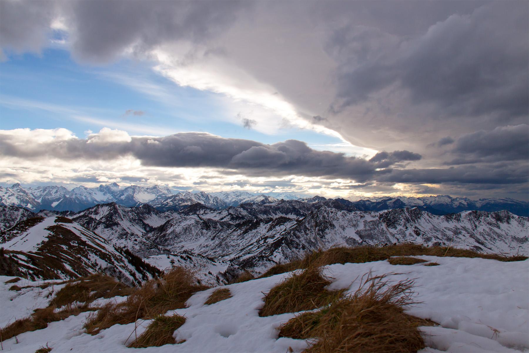 Blick über das Furkajoch auf den Rätikon und die Schweizer Berge