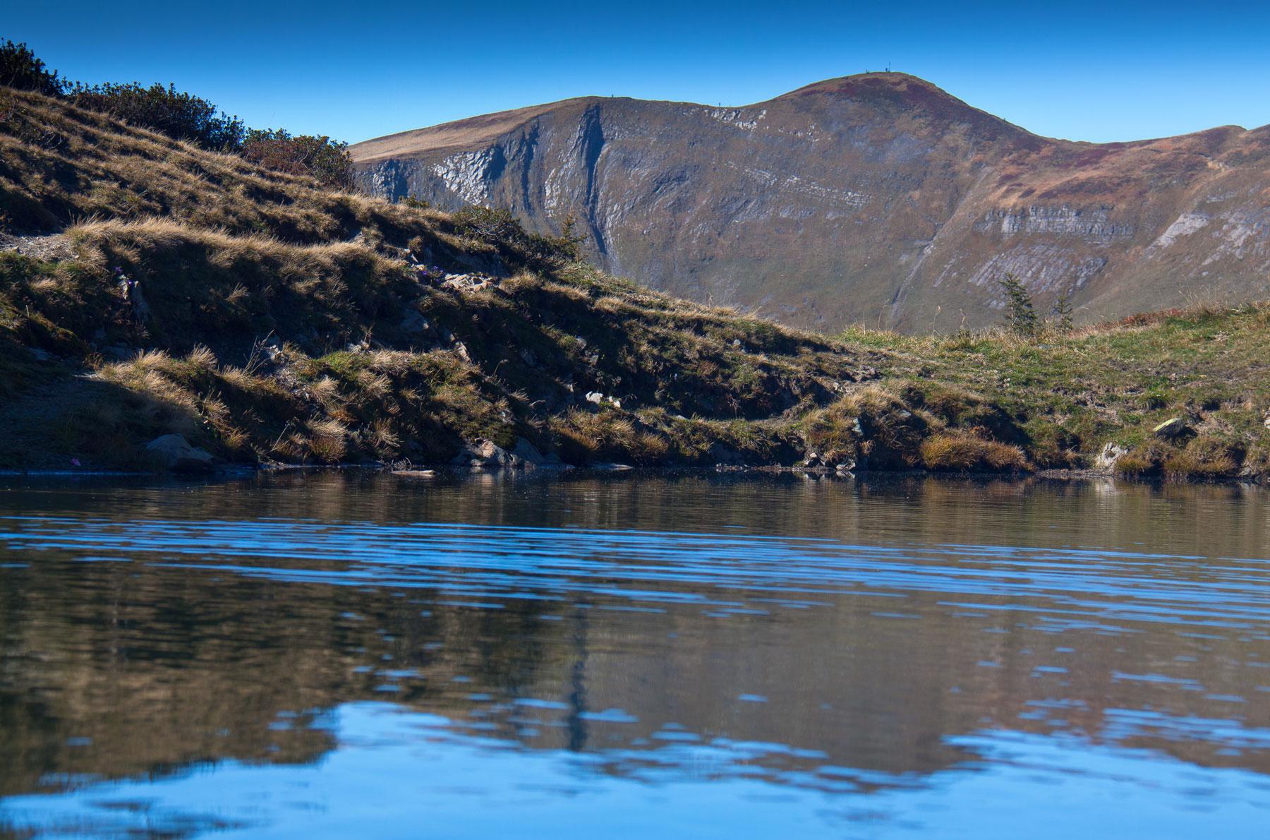 Blauer See im Hintergrund Sünserspitze