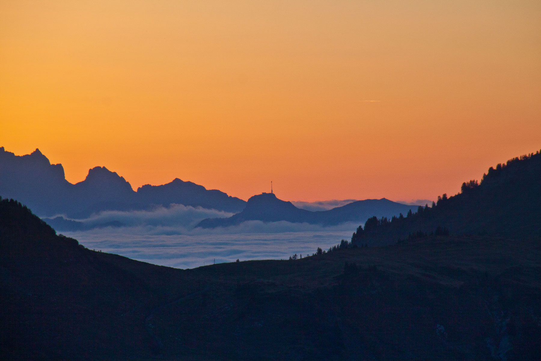 Sonnenuntergang, Blick über Gapfohl zum aus dem Nebelmeer ragenden  Hoher Kasten