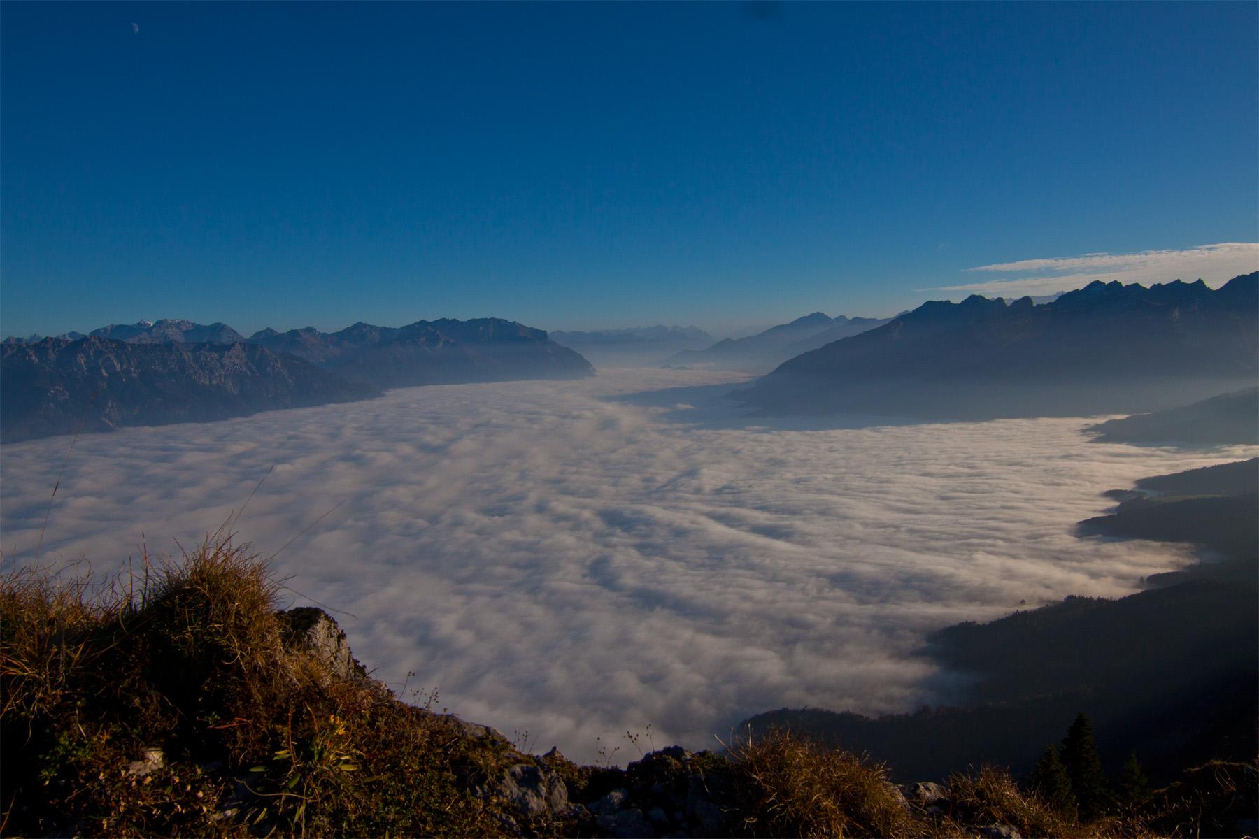 Weiterer Blick auf das Nebelmeer im Rheintal; rechts Buchser Berge; links Drei Schwestern