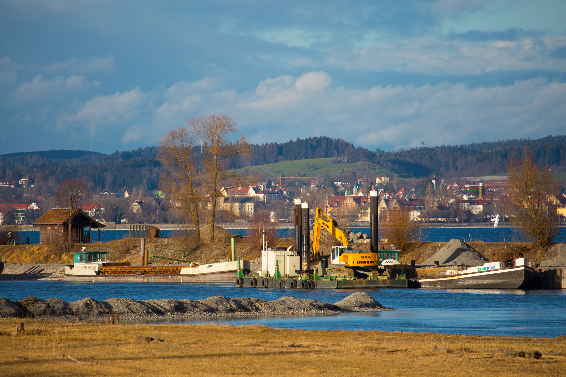 Kiesschiffe an der Rheinmündung, Hintergrund Lindau