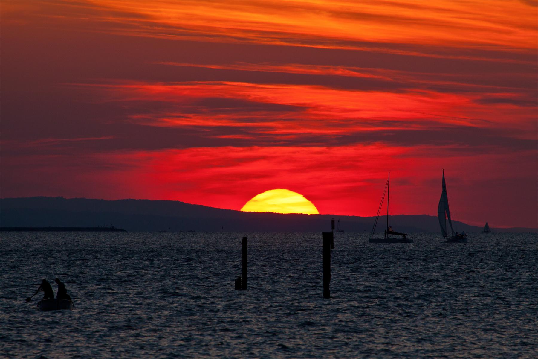 Leuchtende Segel im Sonnenuntergang