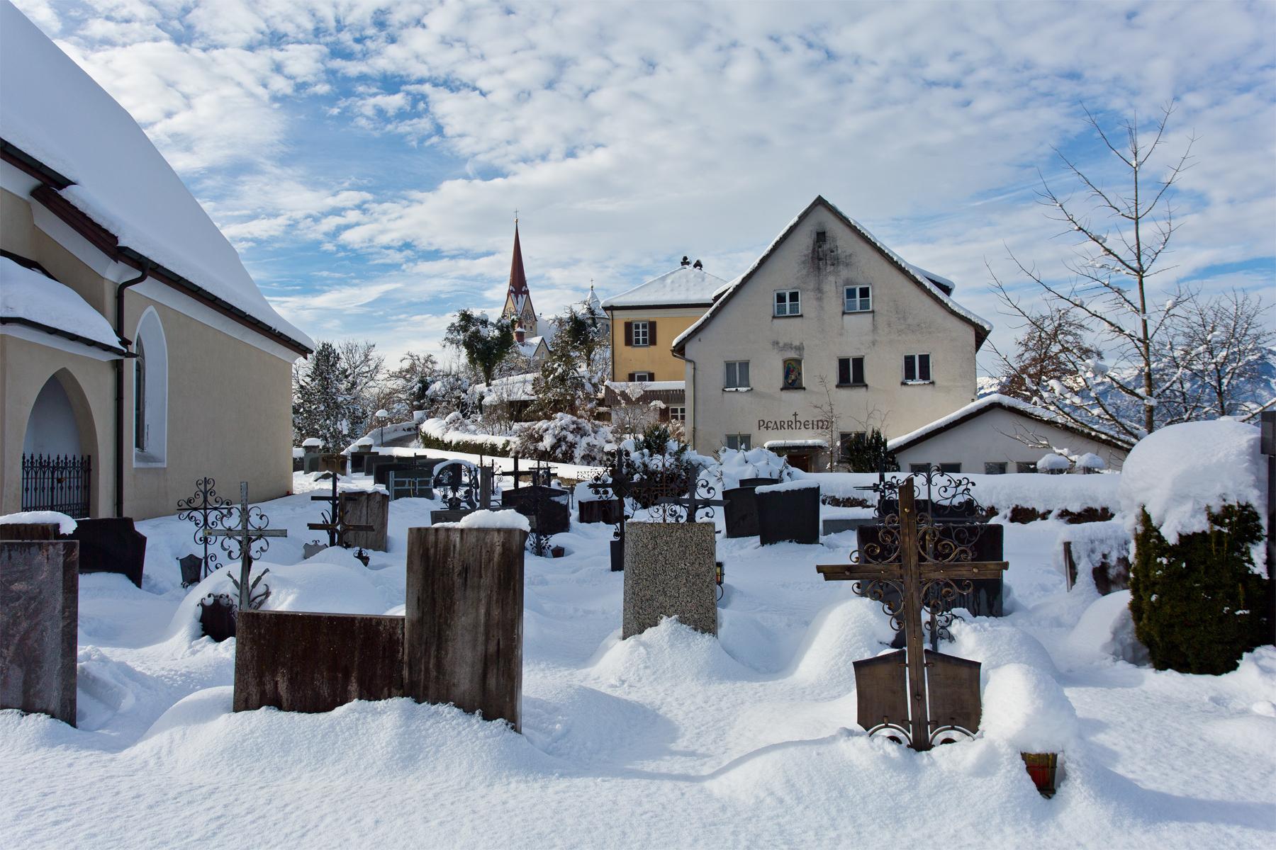 Bergkirche im Schnee