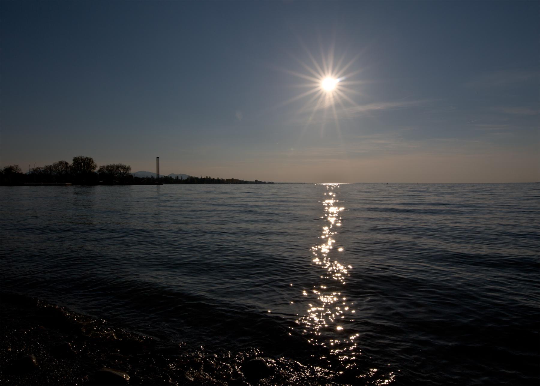 Hafen-Leuchtturm-Sonne-Spiegelung