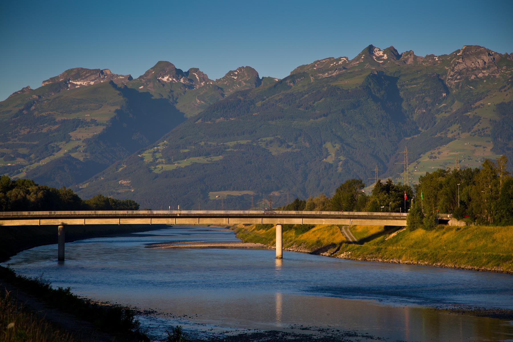 Rheinbrücke Ruggelll und Buchser Berge im Hintergrund