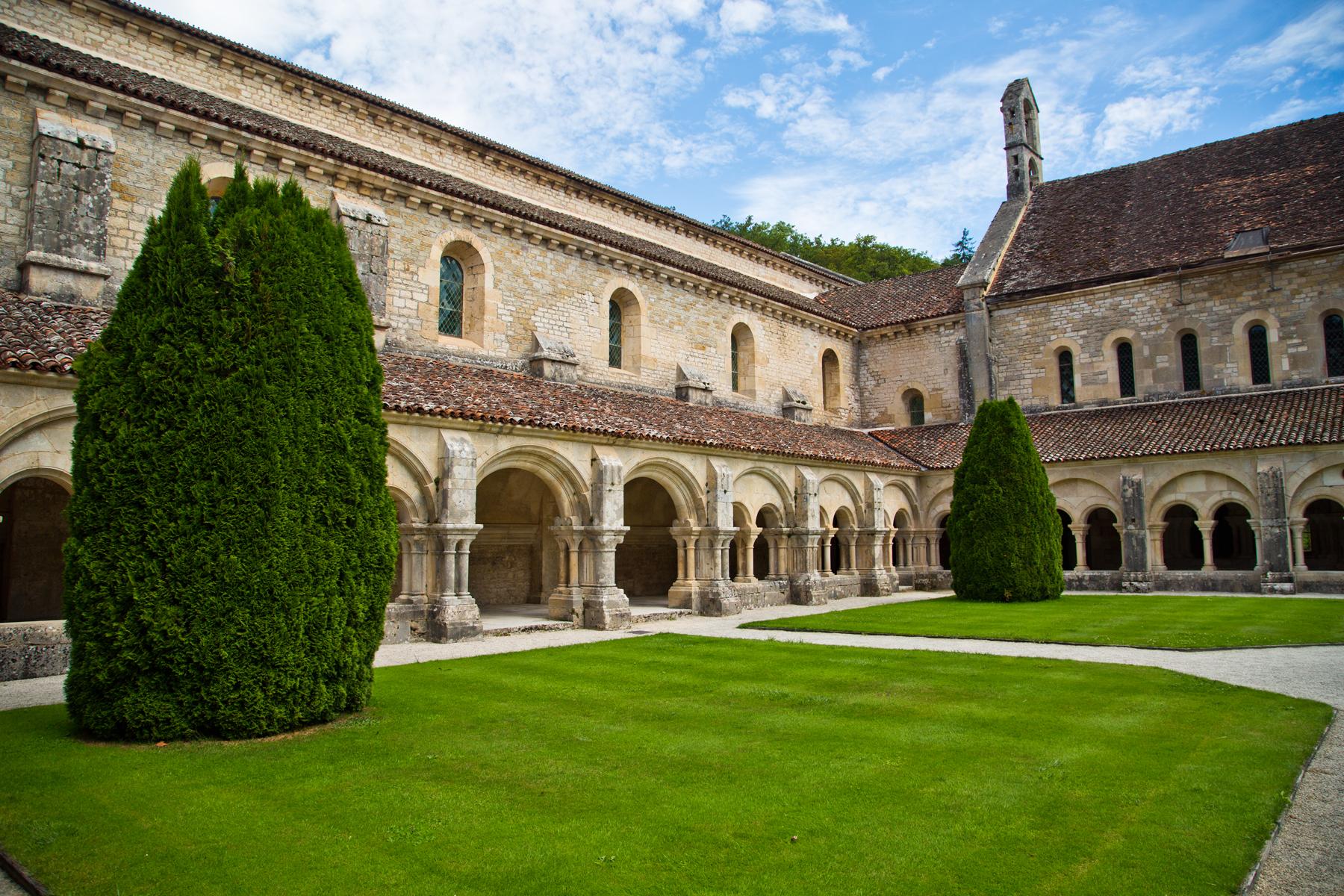 Innenhof-Kreuzgang-Fontenay-Burgund-Abtei-Klosteranlage-Côte d'Or