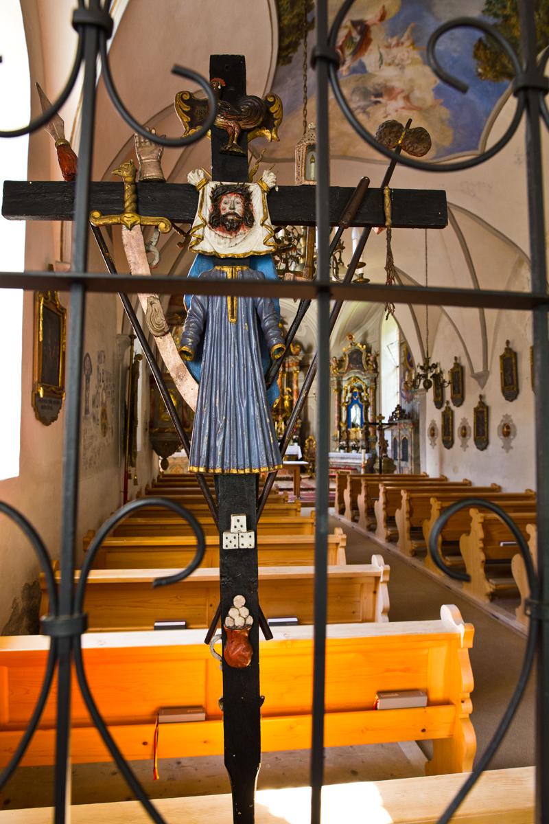 Kruzifix mit Zahlreichen Symbolen rund um die Kreuzigung