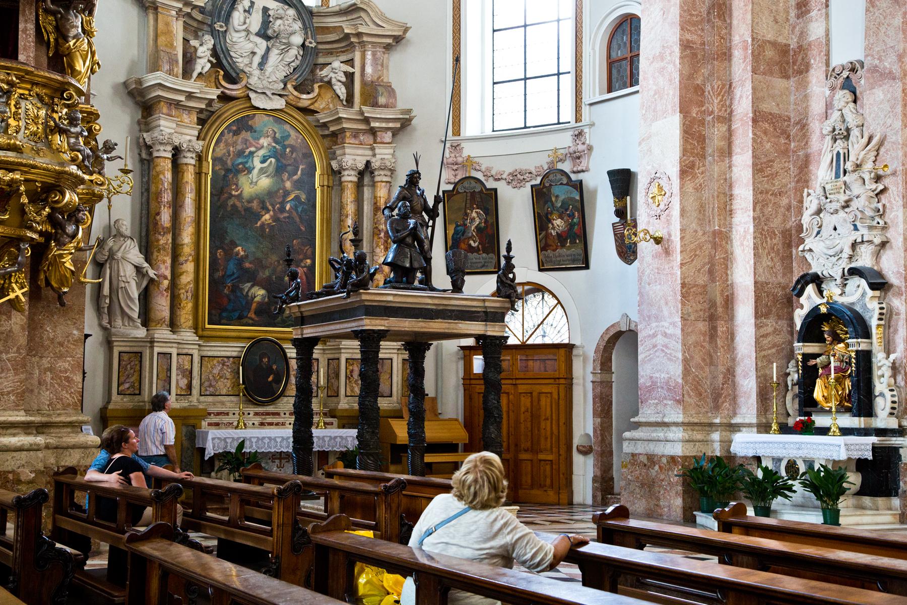 Seitenaltar mit Grabmal Maximilian III. (Entwurf Caspar Grass) - Dom St. Jakob, Innsbruck