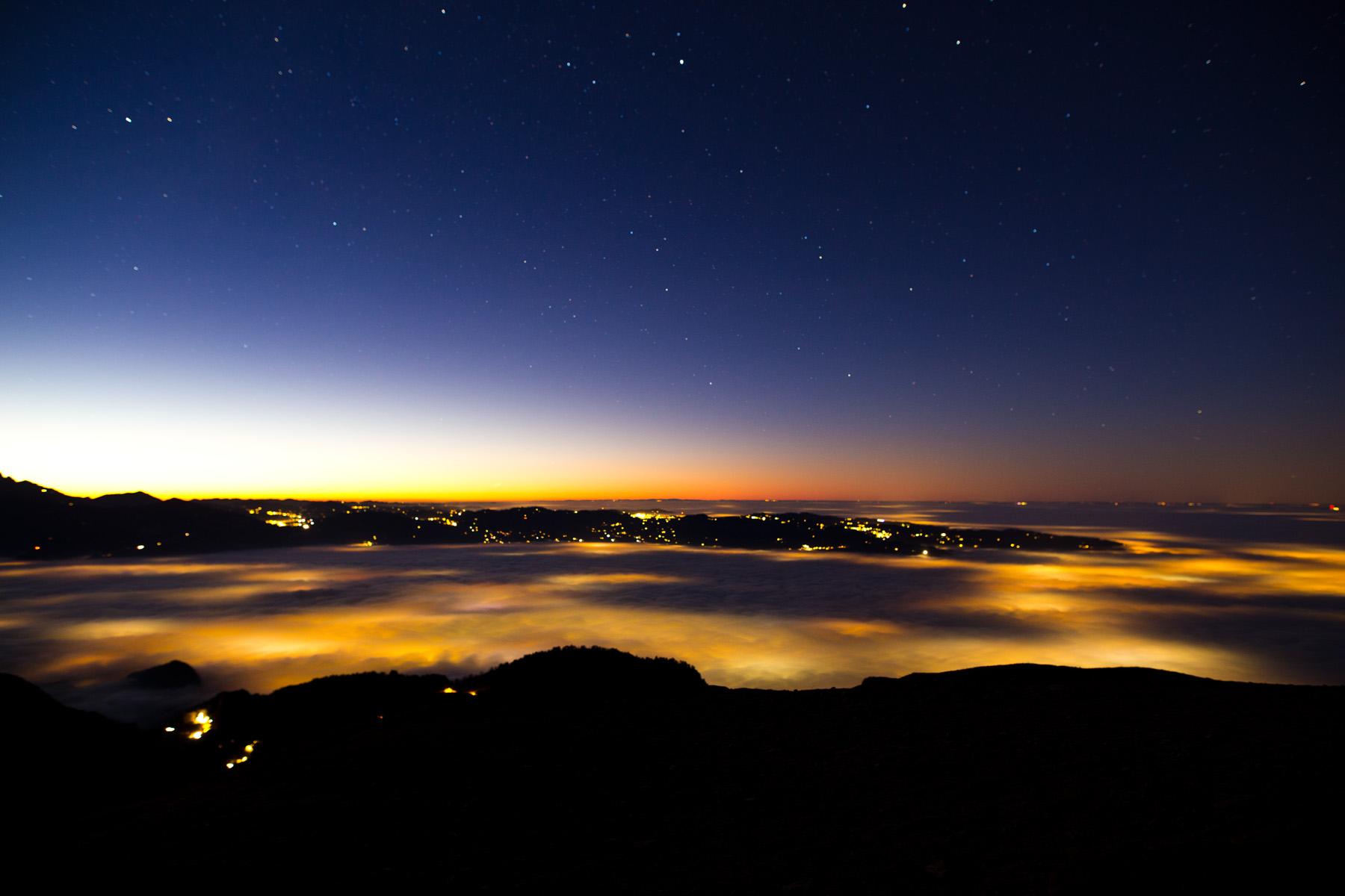 Lichtschein durch den Nebel