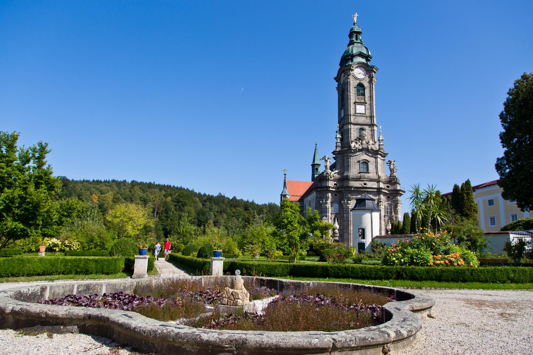 Klostergarten und Kirchturm