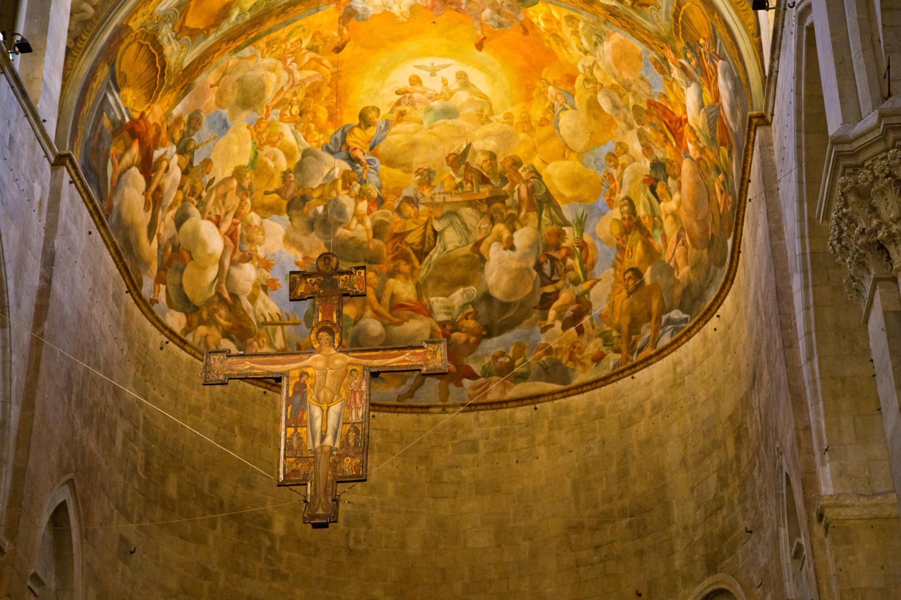 Chor mit Deckenfresko und Kruzifix