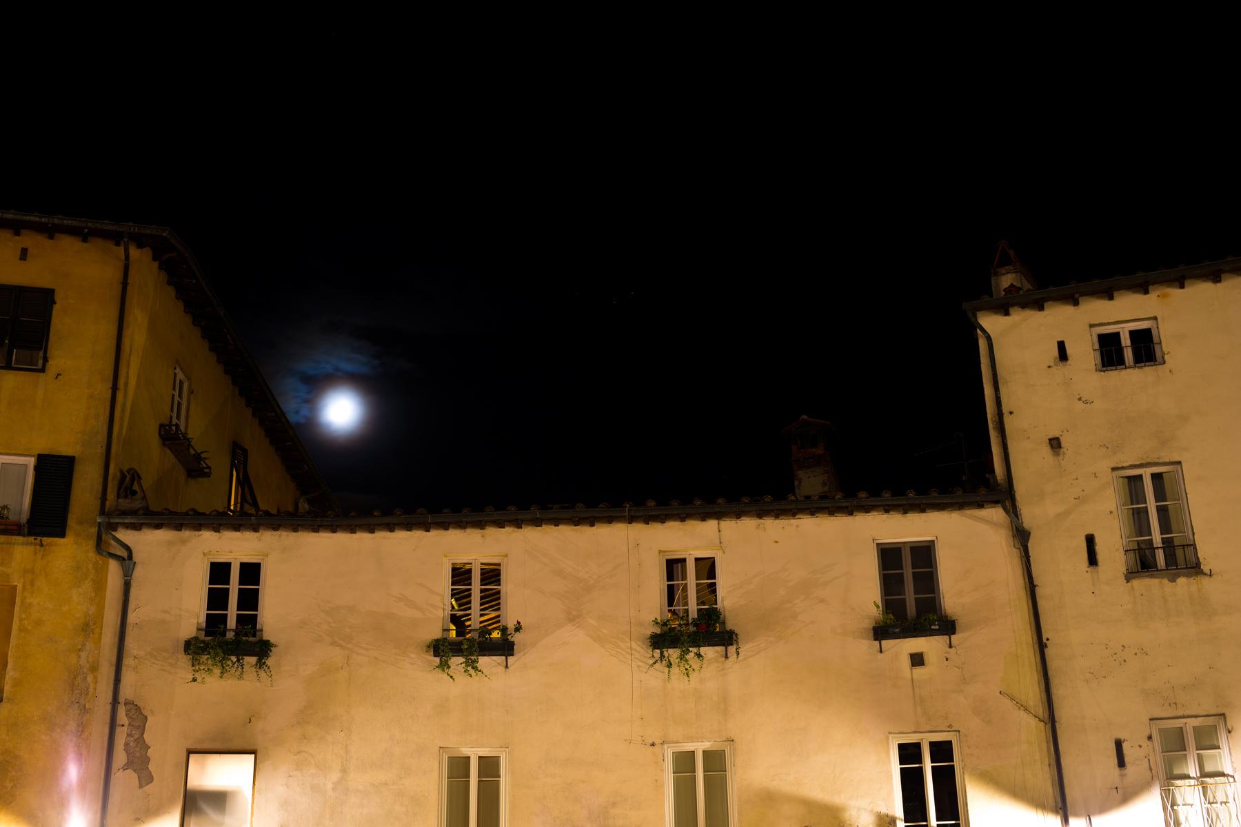 Haus mit Mond