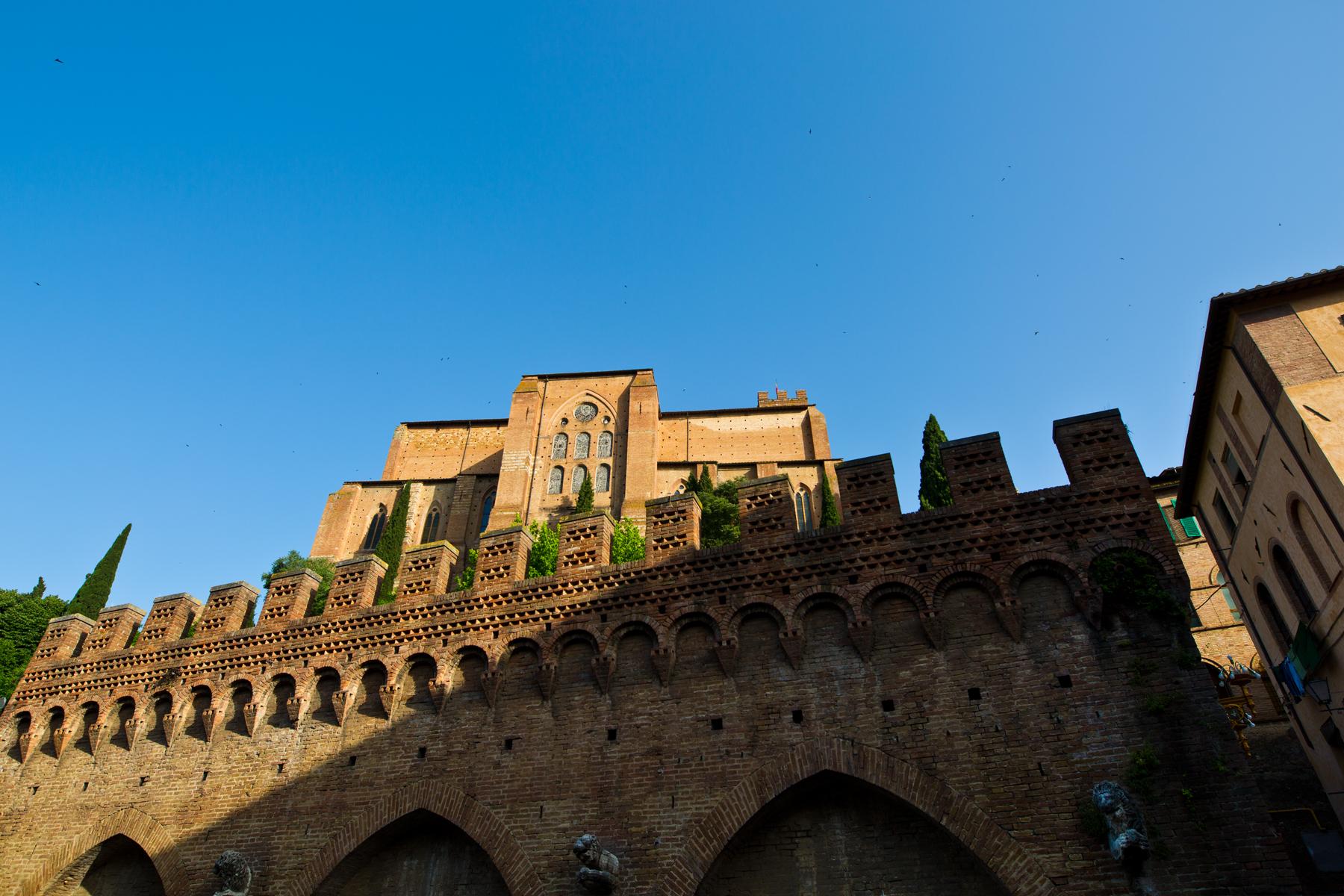 Brunnen Fontebranda mit darüber liegenden Basilika San Domenico
