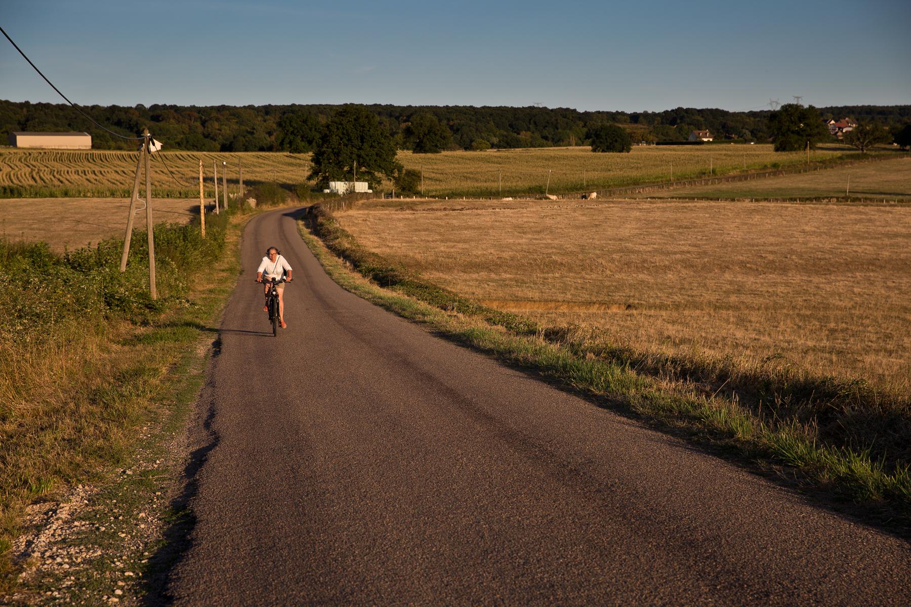 Landschaft mit Radfahrerin