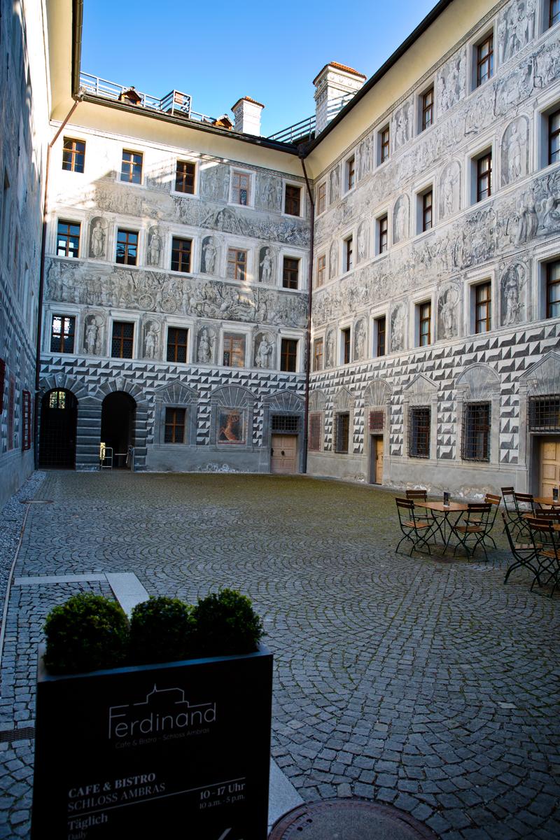 Innenhof mit Grisaillemalerei