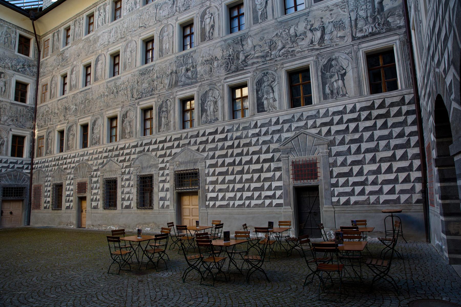 Grisaillemalrei am Gebäude im Innenhof