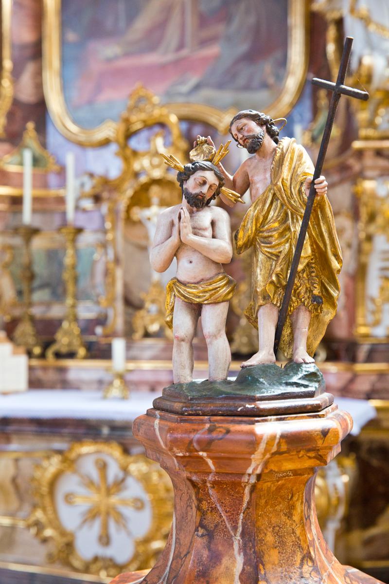 Johannes der Täufer auf dem Taufbecken