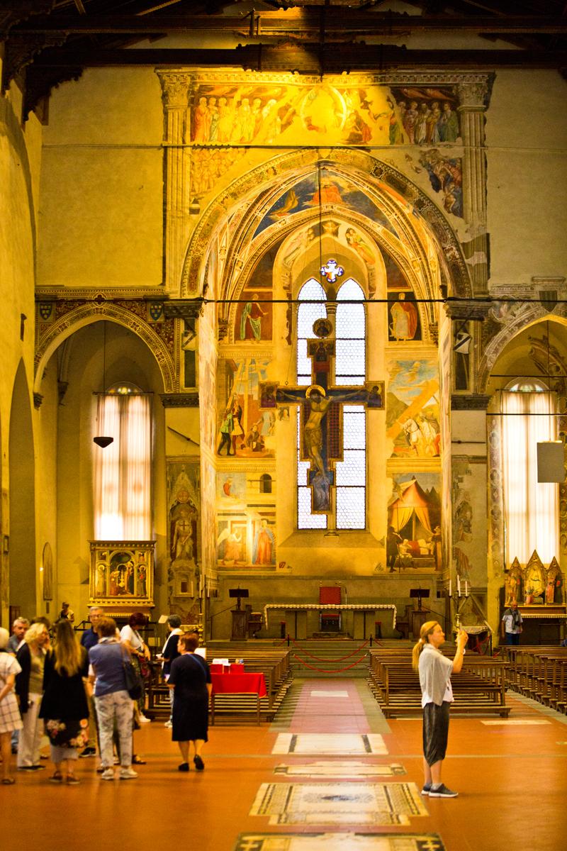 Kirchenschiff - Blick auf den Altar - dahinter Kapelle  Bacci mit den Fresken