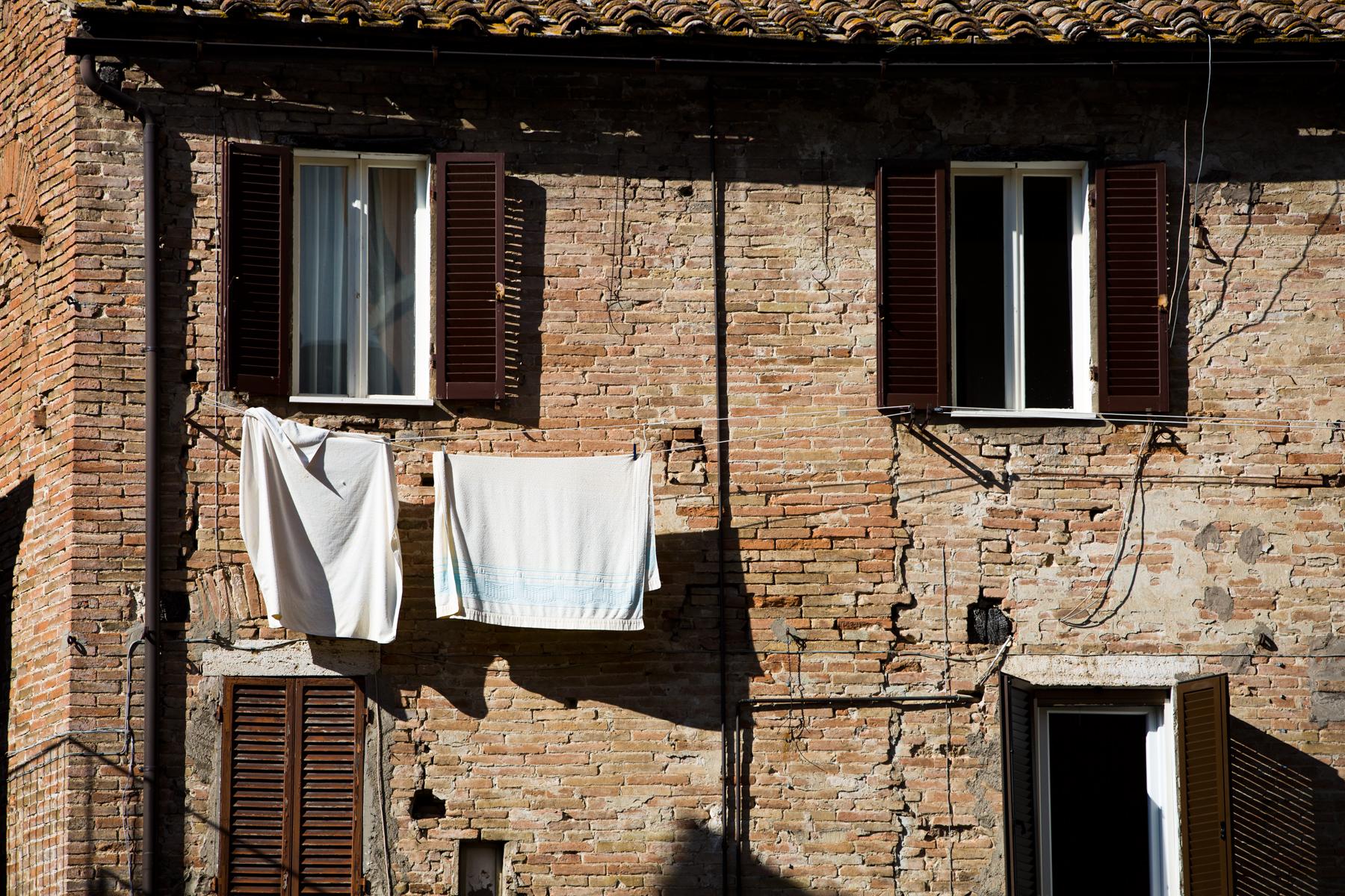Hausfassade mit Wäsche