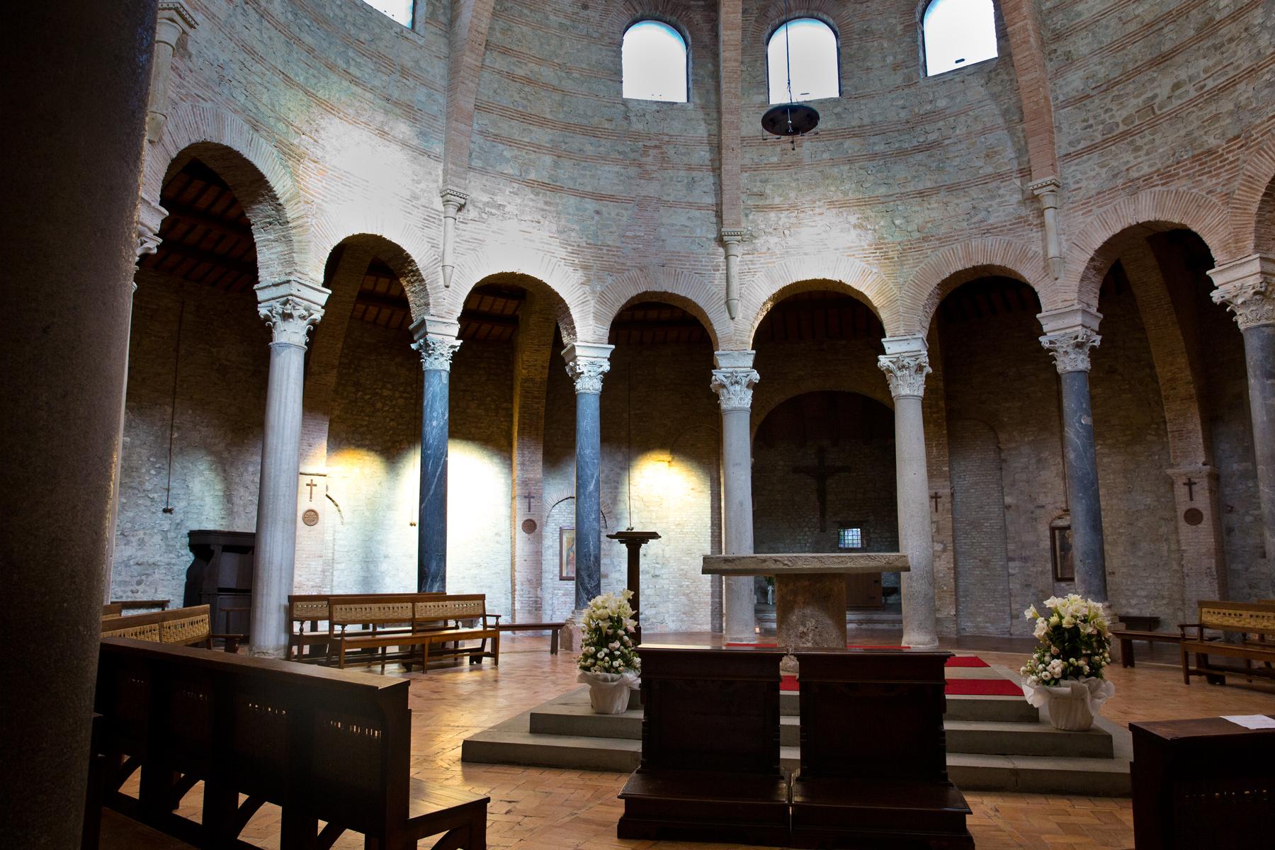 Rundkirche mit zentralem Altar