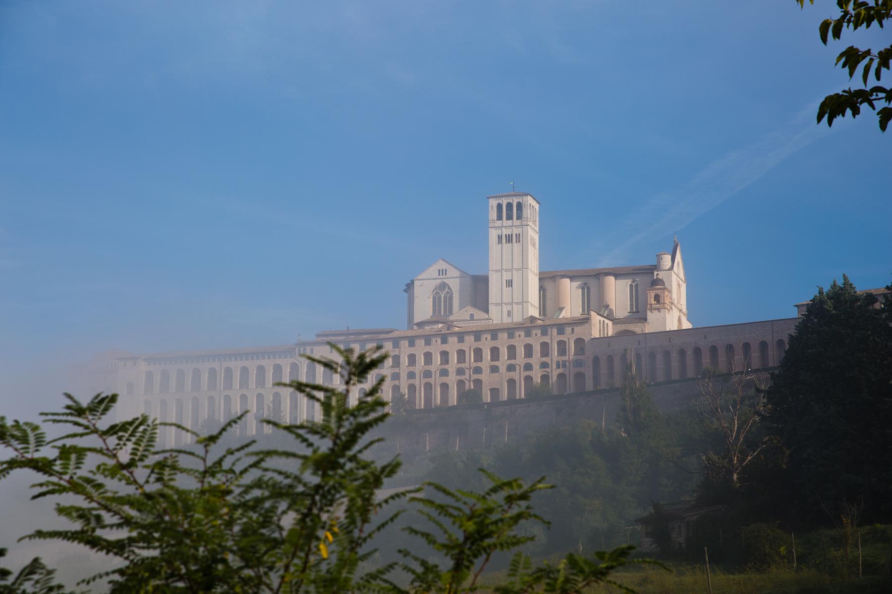 Basilika im Nebel verschwommen