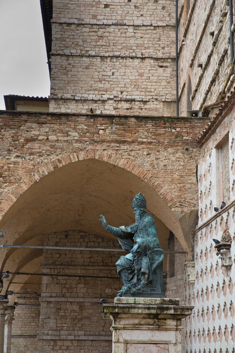 Denkmal des thronenden Papstes Julius III.