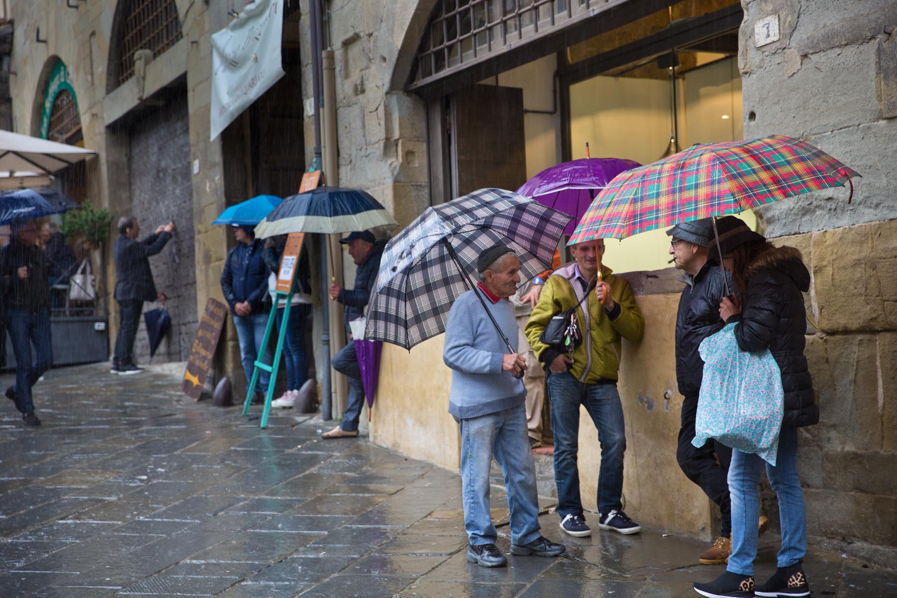 Unter Regenschirmen